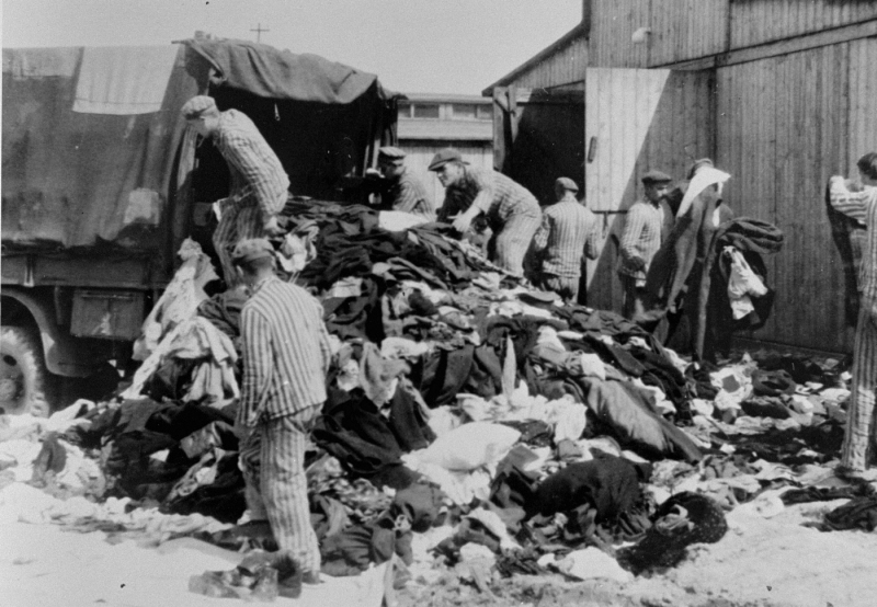 Kanadakommando sorting belongings of Jewish victims